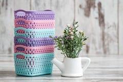 微型五颜六色的塑料篮子为家庭使用 免版税库存图片