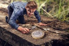 微型人发现一枚大欧洲硬币 库存照片