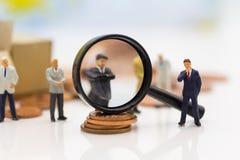 微型人民,小组商人与队一起使用,使用当适合的雇员的背景选择, HR, HRM 免版税库存照片