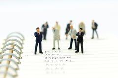 微型人民,小组商人与队一起使用, 免版税库存图片