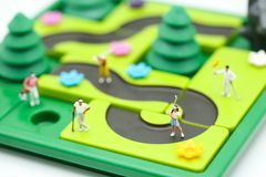微型人民:与儿童` s的高尔夫球运动员立场戏弄汇集, 免版税库存图片
