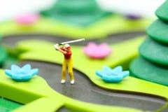 微型人民:与儿童` s的高尔夫球运动员立场戏弄汇集, 图库摄影