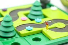 微型人民:与儿童` s的高尔夫球运动员立场戏弄汇集, 库存图片