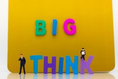 微型人民:与文本的商人认为大 想法的图象用途,企业概念 免版税图库摄影