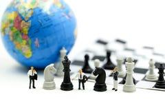 微型人民:企业队与棋、目标、决定和竞争概念的战略训练 免版税库存照片