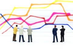 微型人民:商人仪表板,显示图表,背景利润率立场前面  事务的图象用途 库存图片