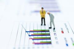 微型人民:商人仪表板,显示图表,背景利润率立场前面  事务的图象用途 免版税库存图片