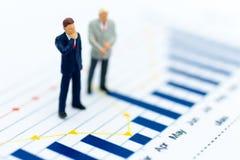 微型人民:商人仪表板,显示图表,背景利润率立场前面  事务的图象用途 免版税库存照片