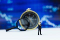 微型人民:商人仪表板,显示图表,背景利润率立场前面  事务的图象用途 免版税图库摄影
