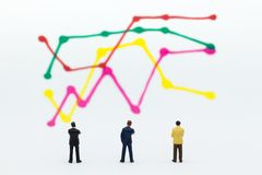 微型人民:商人仪表板,显示图表,背景利润率立场前面  库存照片