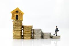 微型人民:商人保证贷款,第三方,保人 企业概念的图象用途 免版税库存图片