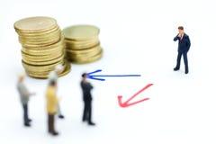 微型人民:商人立场箭头路选择 商业决策概念的,配合图象用途 免版税库存图片