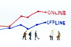 微型人民:商人认为一个网上和离线企业选择 零售业的,市场图象用途 库存照片