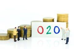 微型人民:商人认为一种新的解答对在网上对离线O2O事务,创造行销想法  免版税库存图片
