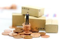 微型人民:在硬币的商人立场,企业概念 库存照片