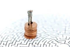 微型人民:在硬币的商人立场,企业概念 图库摄影