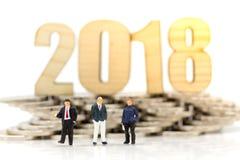 微型人民:在2018年新的商人,与硬币 企业概念的图象用途 库存图片