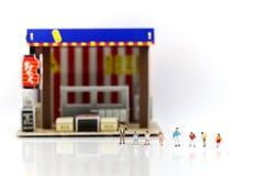 微型人民:孩子和学生用咖啡馆,餐馆, i 免版税图库摄影
