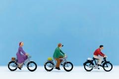 微型人民:循环自行车的游人 旅行概念的图象用途 库存照片