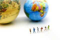 微型人民:有世界地图的马拉松运动员,跑步和 库存图片