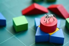 微型人民:有木块和微型玩具马的孩子 免版税图库摄影
