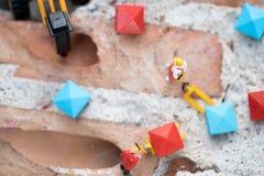微型人民:移动的工作者供应或在工地工作修建房子 库存照片