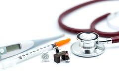 微型人民:站立与听诊器我们的人们和医生 库存图片
