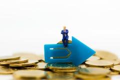 微型人民:站立在箭头路选择前面的商人 商业决策概念的图象用途,新方式 免版税库存图片