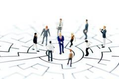 微型人民:站立在起动问题的迷宫我们的商人 免版税库存图片