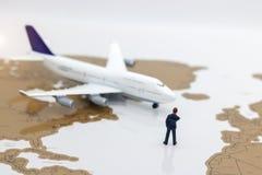 微型人民:站立在飞机前面的企业队 B 免版税图库摄影