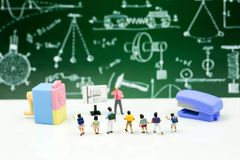 微型人民:老师和学生,有学校的s孩子 免版税库存图片