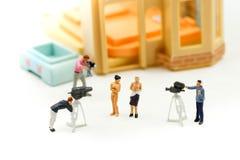微型人民:设法的摄影师和的摄影师拍与美丽的裸体露胸部的乳房的一张照片,裸体概念 免版税库存图片