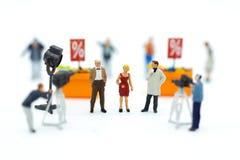 微型人民:调解人采访与照相机和录影捕获的商人 娱乐业的图象用途 库存图片