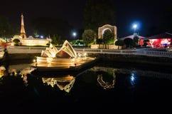 微型公园的悉尼歌剧院夜摄影是显示微型大厦和模型的一个露天场所 库存照片