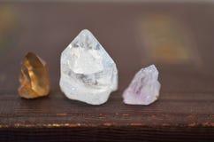 微型医治用的水晶,清楚的石英,水晶Wiccan修改,漂泊装饰、凝思, Reiki查克拉愈合,美丽和B 免版税库存照片
