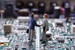 微型商人握手 免版税库存照片