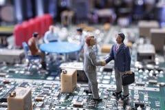 微型商人握手 免版税库存图片
