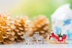 微型圣诞老人驱动有一头驯鹿的一辆无盖货车在降雪期间 使用作为概念在圣诞节 免版税库存图片