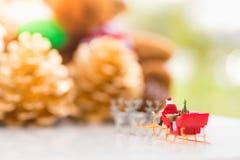 微型圣诞老人驱动有一头驯鹿的一辆无盖货车在降雪期间 使用作为概念在圣诞节 库存图片