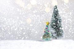 微型圣诞节圣诞老人阴级射线示波器和树在雪在被弄脏的bokeh背景,装饰图象为圣诞节假日和愉快新 免版税库存图片