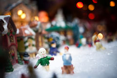 微型圣诞节村庄在Xmas树下 免版税库存照片