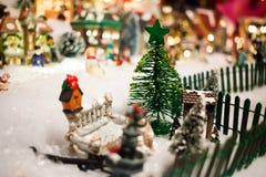 微型圣诞节村庄在Xmas树下 免版税库存图片