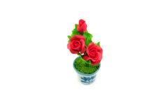 微型在罐的黏土玫瑰色花 图库摄影