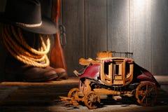 微型在老西部场面的玩具木驿马车 免版税库存照片