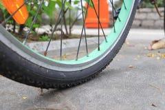 微型在自行车的图乘驾自行车 免版税库存图片