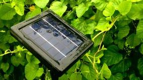 微型太阳能电池朝向由在多雨之间的太阳光决定 影视素材