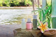 微型套泡末浴和阵雨形成胶冻液体和赤素馨花flo 库存照片
