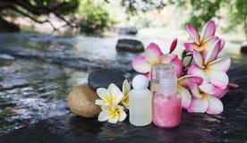 微型套泡末浴阵雨与花和pebbl的胶凝体液体 图库摄影
