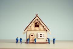 微型工作者修建一个新房 库存图片