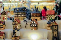 微型式样房子在圣诞节市场上 库存照片